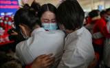 協働した武漢の看護師と抱き合う吉林省の看護師。湖北省の天河空港で4月8日、別れの式典が行われた(Getty Images)