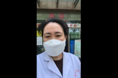 4月13日、消息不明になったと報じられた中国の艾芬医師はSNS上に動画を投稿し、無事を報告した(スクリーンショット)