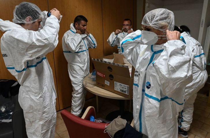 医療防護服を着用するフランスの医療従事者(GettyImages)