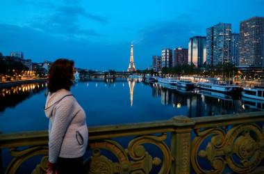 パリのセーヌ川に架かる橋を歩く女性、4月12日撮影(Getty Images)