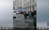 中国国内インターネット上に投稿された動画では、4月13日、ハルビン医科大学付属第一医院の前で市民が長い列を作って並んで診察を待っていた(スクリーンショット)