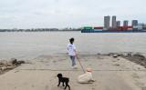 南京市を流れる長江(STR/AFP via Getty Images)