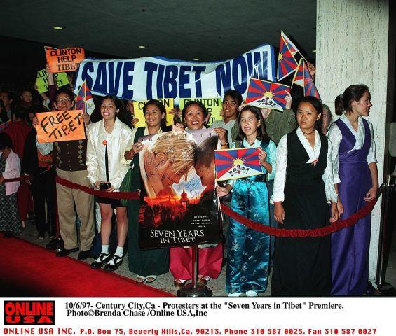 1997年10月6日、カリフォルニア州で開かれたブラット・ピット主演の映画「セブンイヤーズ・イン・チベット」映画試写会に詰めかけた、チベットの自由を訴える人々(GettyImages)