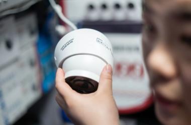 杭州海康(ハイクビジョン、Hikvision)の監視カメラを手に取る来店客、北京の量販店で2019年4月に撮影(GettyImages)