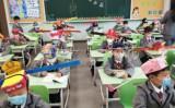 杭州市の小学校で児童に幅1メートルの帽子をかぶるよう要求した(微博)