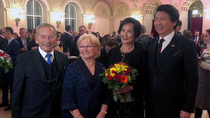 1月に亡くなったチェコ上院議長クベラ氏(写真向かって左)について、夫人(左から2番目)は中国大使館からの圧力による死だと告白した(チェコ外務省)