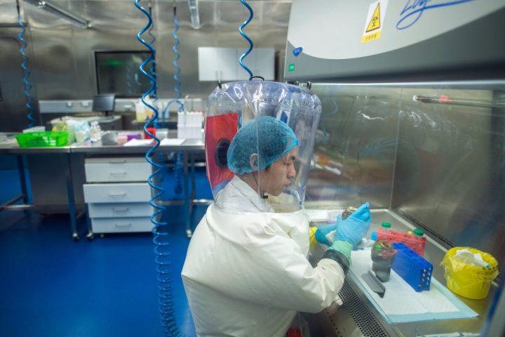 2017年2月23日、湖北省武漢市にあるP4実験室では防護服姿の研究スタッフが作業していた(Johannes Eisele/AFP、Getty Images)