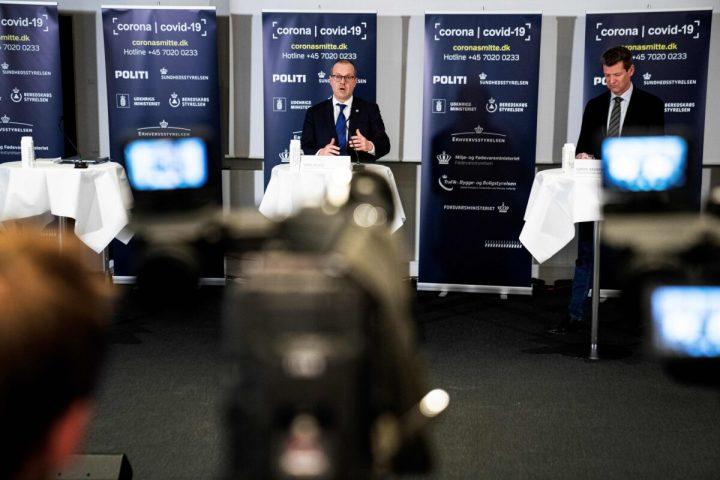 2020年3月27日、デンマークのコペンハーゲンで発言する、WHO欧州局長のハンス・クルーゲ氏 (左) とデンマーク保健委員会理事長のスレーン・ブロストローム氏 (Ida Guldbaek Arentsen/Ritzau Scanpix/AFP/Getty Images)