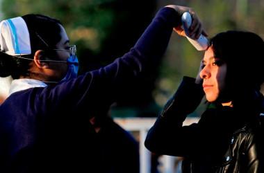 メキシコのグアダラハラで、市民の体温計測をする看護師、3月16日撮影 参考写真(GettyImages)