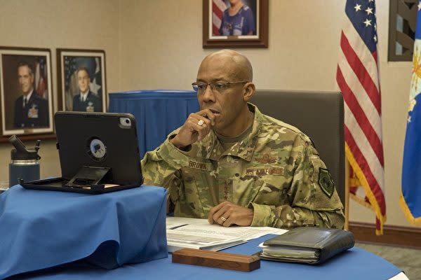 米国太平洋空軍(PACAF)司令官のチャールズ・Q・ブラウン・ジュニア大将が4月29日、中共肺炎の感染防止対策をめぐって国際テレビ会議を主催(PACAFウェブサイトより)