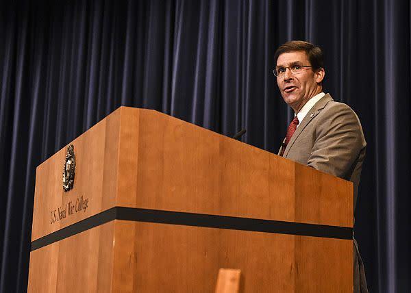 2019年8月、米軍事大学で教鞭に立つマーク・エスパー米国防長官(U.S. Navy photo)