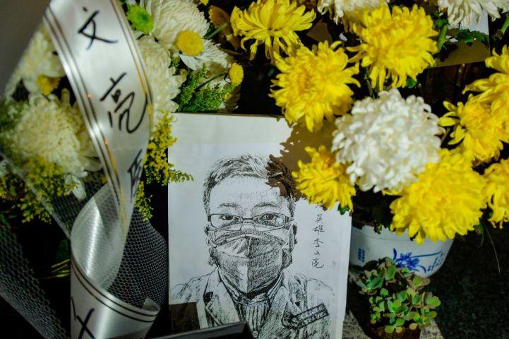 米議員、中国大使館前の通りを「李文亮プラザ」へ改名する案を提出した。写真は2020年2月、武漢市内の病院前の献花台で撮影(Getty Images)