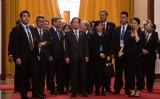 2019年4月24日、北京の人民大会堂で、習近平中国国家主席との会談時間を待つ二階俊博・自民党幹事長(Getty Images)