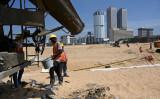 2020年2月、スリランカのコロンボ港にある中国投資の埋め立て地で作業する建設作業員(Getty Images)