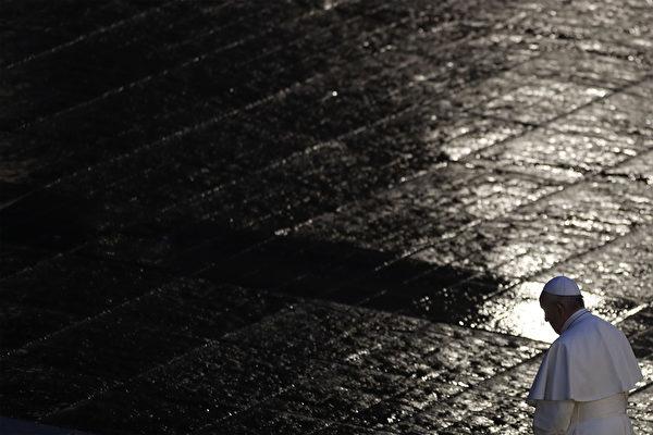 ローマ教皇フランシスコが3月27日、雨に濡れた無人のサンピエトロ広場で祈りを捧げた際、冒頭で「広場と通りには、暗闇が深まり、私たちは恐怖におびえた」と語った。(YARA NARDI / POOL / AFP)