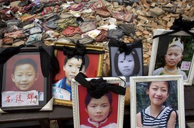 2008年に発生した四川大地震で、校舎の倒壊で亡くなった子どもたちの遺影 (Paula Bronstein/Getty Images)