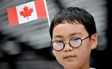 カナダの国旗を飾るアジア系の男の子、参考写真(GettyImages)