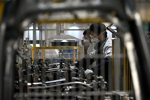 中共肺炎が猛威を振るう中の中国製造業の工場(NOEL CELISAFP via Getty Images)