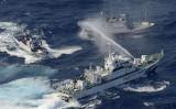 尖閣諸島周辺で外国漁船に対応する海上保安庁巡視船。参考写真、2012年撮影(GettyImages)