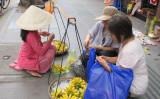 ホーチミンのバナナ売り(左)(大紀元)