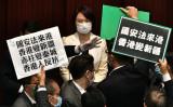 5月22日、香港立法院(国会に相当)で、中国共産党政府による国家安全保障法の制定に抗議の意を示す民主派議員たち(GettyImages)