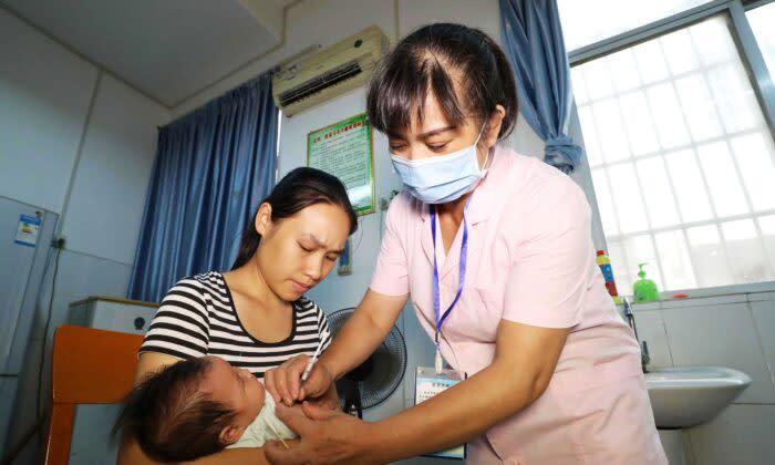 2018年7月23日、中国南部の広西壮族自治区、融安の病院で、ワクチン接種を受ける子ども。この年、中国企業が欠陥のあるDTaPワクチンを25万本以上出荷し、20万人以上の子どもが被害を受けたことが明らかになり、中国を震撼させた。(AFP via Getty Images)