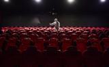 2020年3月25日、瀋陽市内の映画館を消毒する作業員(STR/AFP via Getty Images)