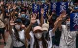 香港市民は2020年5月24日、中国当局による香港国家安全維持法の導入に抗議するため、「天滅中共(天は中国共産党を滅ぼす)」のポスターを掲げてデモ行進した(Anthony Kwan/Getty Images)