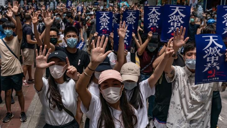 香港市民は2020年5月24日、中国政府による香港国家安全法の導入に抗議するため、「天滅中共(天は中国共産党を滅ぼす)」のポスターを掲げてデモ行進していた(Anthony Kwan/Getty Images)