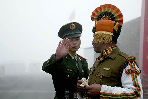インドメディアによると、5月上旬に中国軍とインド軍が国境で衝突した後、長期的な対峙に備えてそれぞれ兵力を増やした(Diptendu Dutta/AFP/Getty Images)