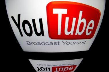 2012年12月4日、フランスのパリで、タブレットに表示された「YouTube」のロゴ (Lionel Bonaventure/AFP/Getty Images)