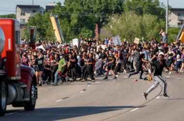 5月31日ミネソタ州ミネアポリスで、黒人市民フロイド氏に対する警官の対応に抗議するデモが行われた(GettyImages)