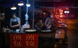 中国武漢市にある焼き餃子の屋台(HECTOR RETAMAL/AFP via Getty Images)