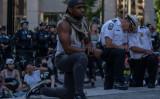 コロンバス警察署の前で、警察の行き過ぎた行為に抗議する平和的な抗議者(GettyImages)