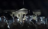 5月31日、ホワイトハウス近くの騒乱で、「走走走!」とデモ参加者から中国語が発せられた。その参加者は催涙弾を投げ返した(GettyImages)