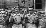 1928年9月1日、ドイツの反ファシスト軍団が握りこぶしを上げて宣誓していた。彼らの本当の目的はドイツで共産党政権を実現するということであった(Fox Photos/Getty Images)