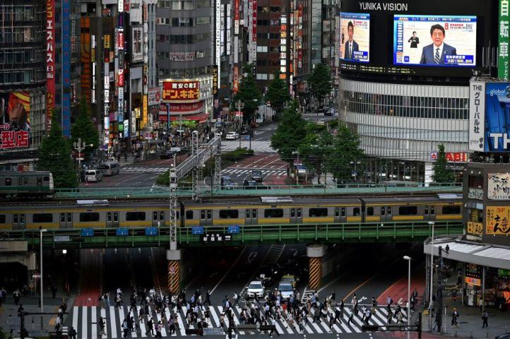 5月25日、安倍首相は緊急事態宣言の解除を発表した。東京新宿にある大型スクリーンは、首相の記者会見を放送する(GettyImages)