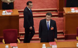 中国の習近平国家主席と李克強首相が、北京の人民大会堂で行われた全国人民代表大会(全人代=国会)の閉会式に出席した。2020年5月28日撮影(NICOLAS ASFOURI/AFP via Getty Images)