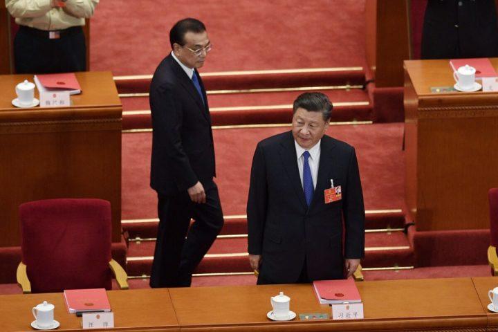 中国の習近平国家主席と李克強首相は全国人民代表大会(全人代)の閉会式に出席した。2020年5月28日撮影(NICOLAS ASFOURI/AFP via Getty Images)