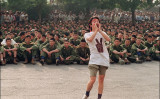 ビデオ会議アプリ「Zoom(ズーム)」は天安門事件についての関連会議を主催した人権団体のアカウントを一時停止した。写真は1989年6月3日、民主運動に参加する学生と、待機する人民解放軍兵士。天安門広場近くの通りで撮影(GettyImages)