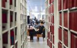 図書館で勉強する中国の大学生。イメージ写真(STR/AFP via Getty Images)