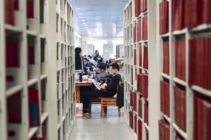 中国の大学にある図書室で学ぶ学生たち、イメージ写真(STR/AFP via Getty Images)