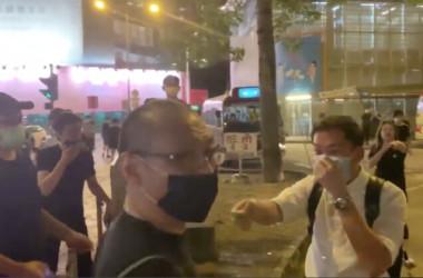 香港民主デモがあった12日、ナイフの切りつけ事件が発生した。大紀元カメラクルーに対する襲撃を制止しようとした青年がケガを負った(スクリーンショット)