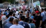 2020年6月14日、北京の広安スポーツセンターでPCR検査を受けるために列を作る新発地市場を訪れた人やその近くに住んでいる人たち(NOEL CELIS/AFP via Getty Images)
