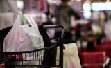 スーパーマーケットでは購入品を運ぶためにレジ袋が使用されている。2018年6月千葉で撮影(GettyImages)