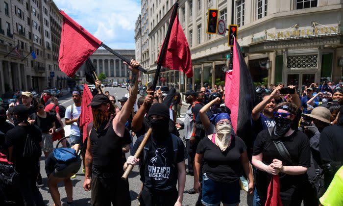 米ワシントンで「言論の自由」を求めるデモ行進を行うアンティファのメンバー。2019年7月撮影(Getty Images)