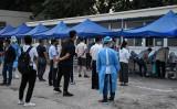 2020年6月17日北京市で、PCR検査を受けるために長い列に並ぶ市民(GREG BAKER/AFP via Getty Images)