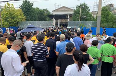 6月22日午後3時頃、海淀区四季青鎮では地元住民や宅配便会社の従業員らは、PCR検査を受けるために集まった(大紀元)