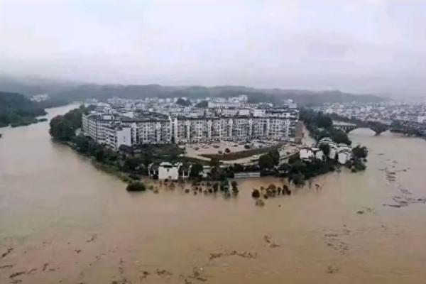 洪水に見舞われた中国重慶市綦江区の一部の地域(スクリーンショット)