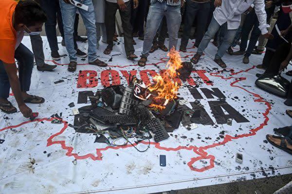 中印両軍が6月中旬、国境で衝突した後、インドで中国製品の不買運動が広まった(DIBYANGSHU SARKAR/AFP via Getty Images)